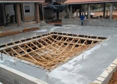 Demonstração da montagem da armação e forma da piscina da Fazenda Fortaleza